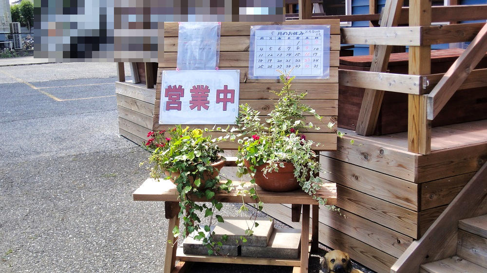 9秒カレー成田三里塚店、5月の定休日が貼り出されていました!