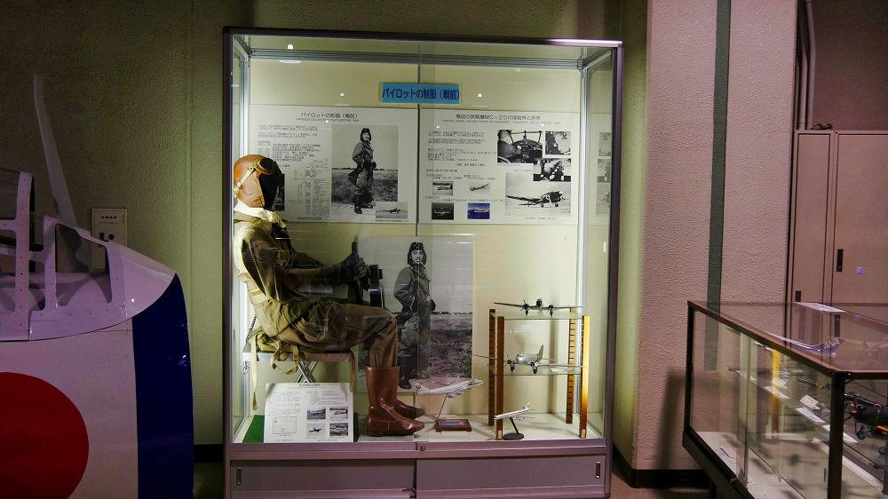 戦前のパイロットの装備の展示