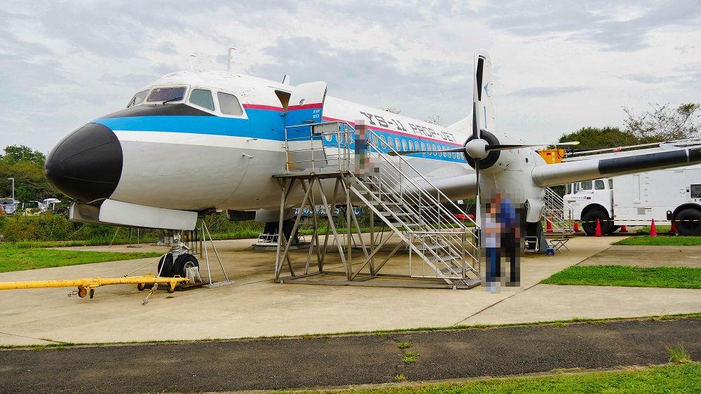 航空科学博物館の中庭に展示されているYS-11