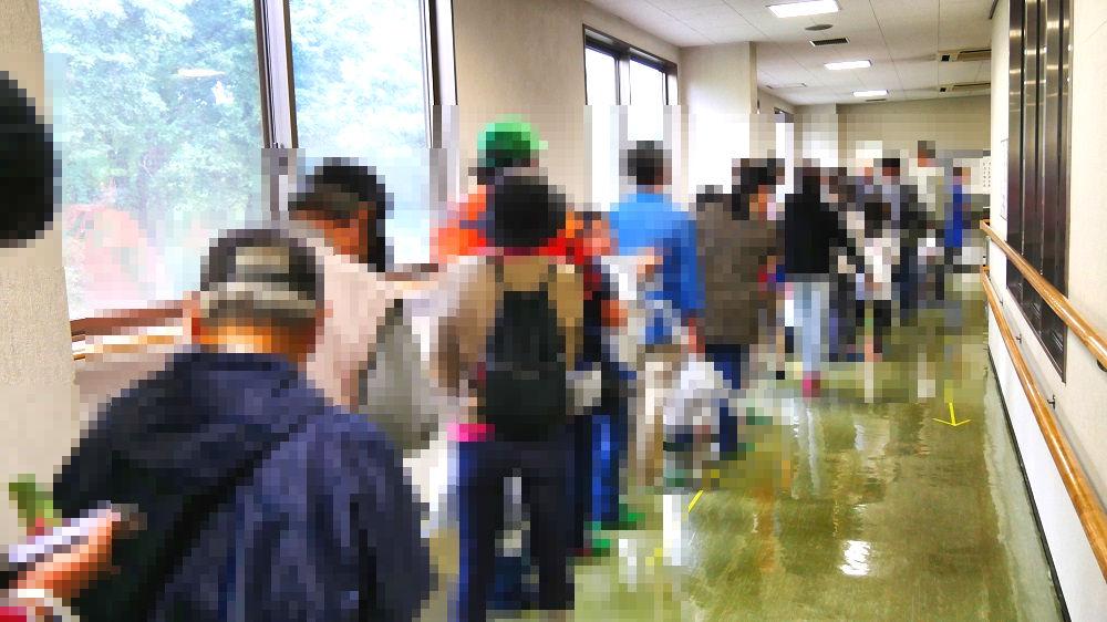 成田市リサイクルプラザの「フリ-マーケットと再生品即売会」整理券をもらう人の列