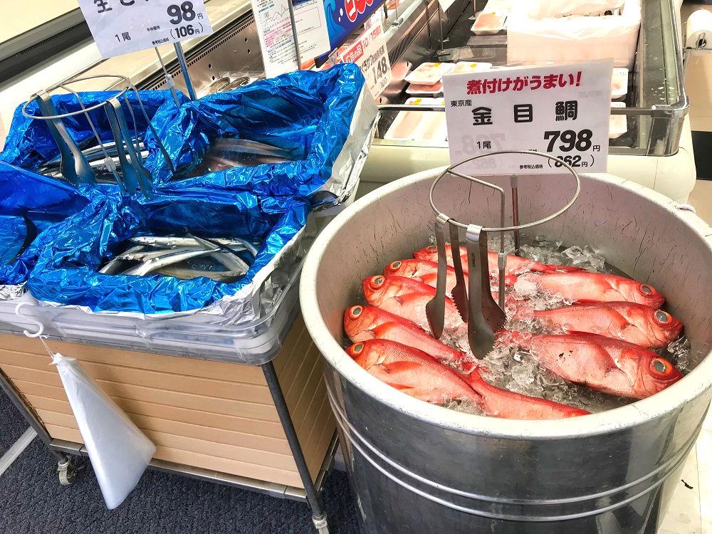 スーパーに並ぶ魚介類