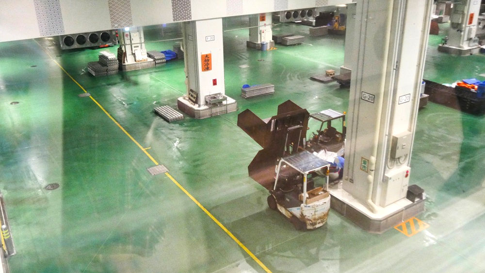 豊洲市場水産卸売場棟の通路窓
