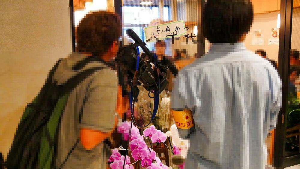 豊洲市場施設管理棟の飲食店を取材するフジテレビ