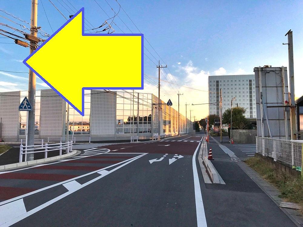 セブンイレブン「成田取香東店」側の進入路(T字路)