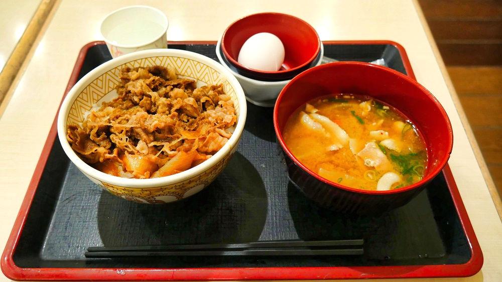 すき家の牛丼トン汁たまごセット