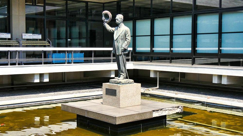 憲政記念館の尾崎行雄像