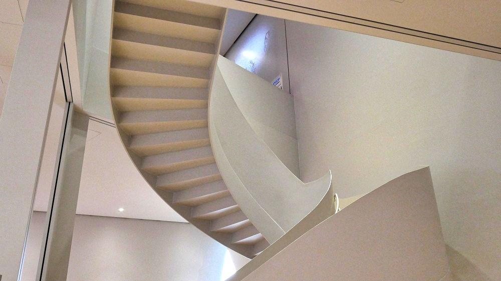 すみだ北斎美術館の3階から4階への階段