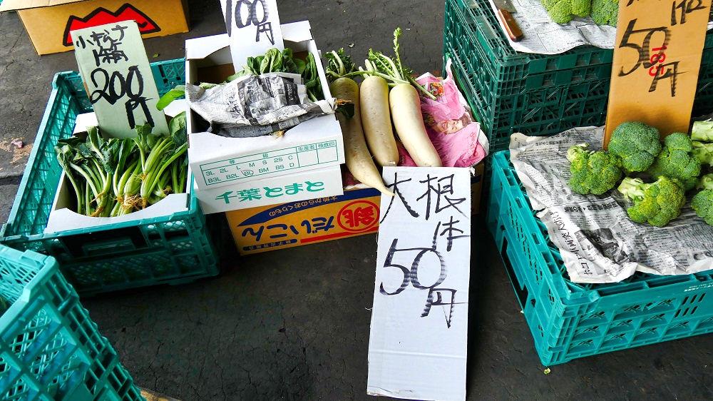 成田市場の青果棟には小売野菜もある
