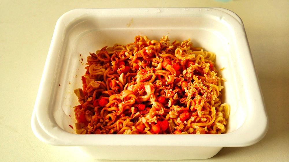 「亀田の柿の種味焼そば」に一手間加える