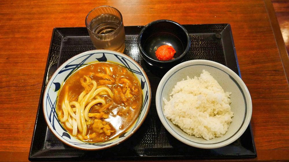 丸亀製麺「千葉ニュータウン中央」店のカレーうどん、ごはん、明太子