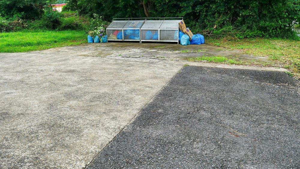 地域のごみ収集所前の空き地
