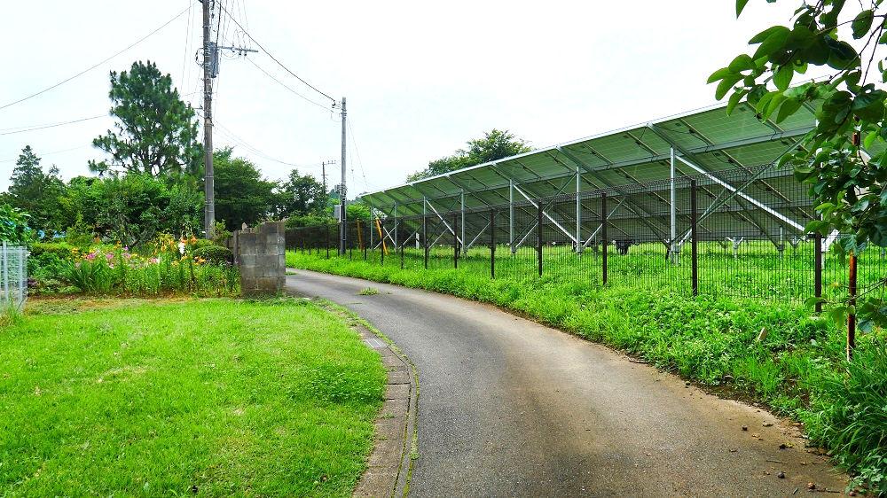 太陽光発電施設の間の道