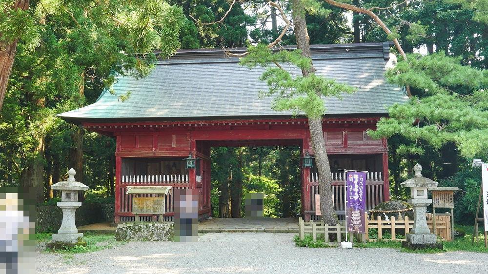 羽黒山参詣道の入り口の随神門