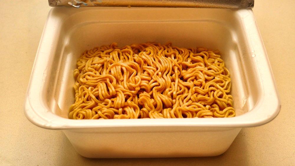 「亀田の柿の種わさび味焼そば」が完成・実食