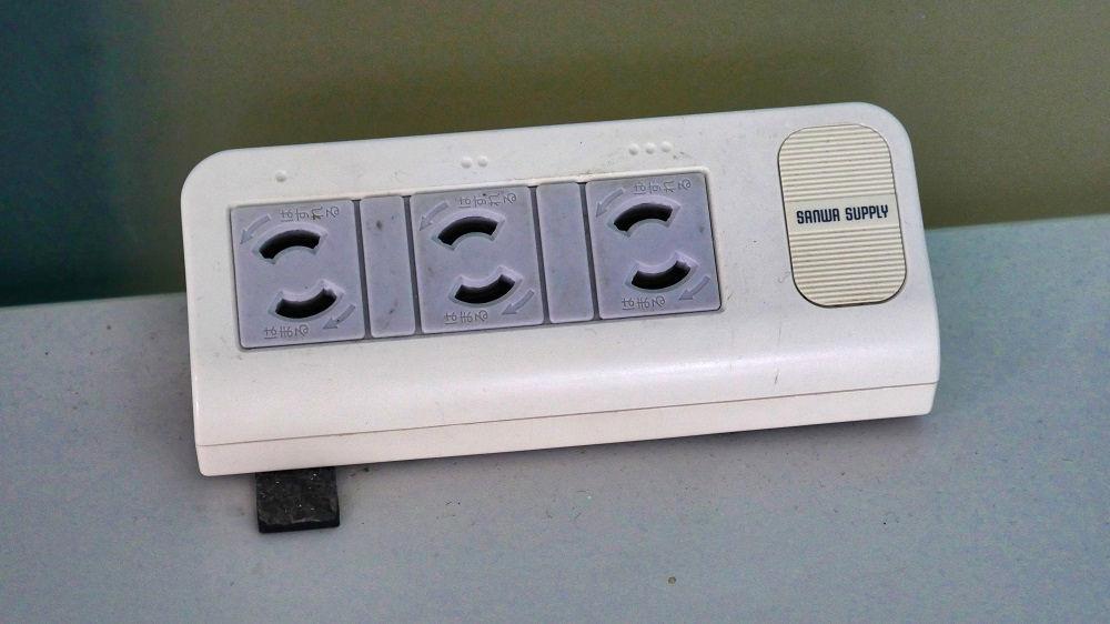 庄内空港のパソコンデスクに設置してある電源