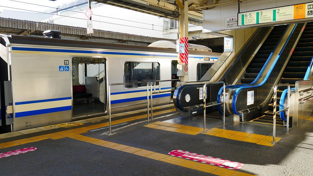 JR成田駅1番線は11号車がエスカレータ隣に停車