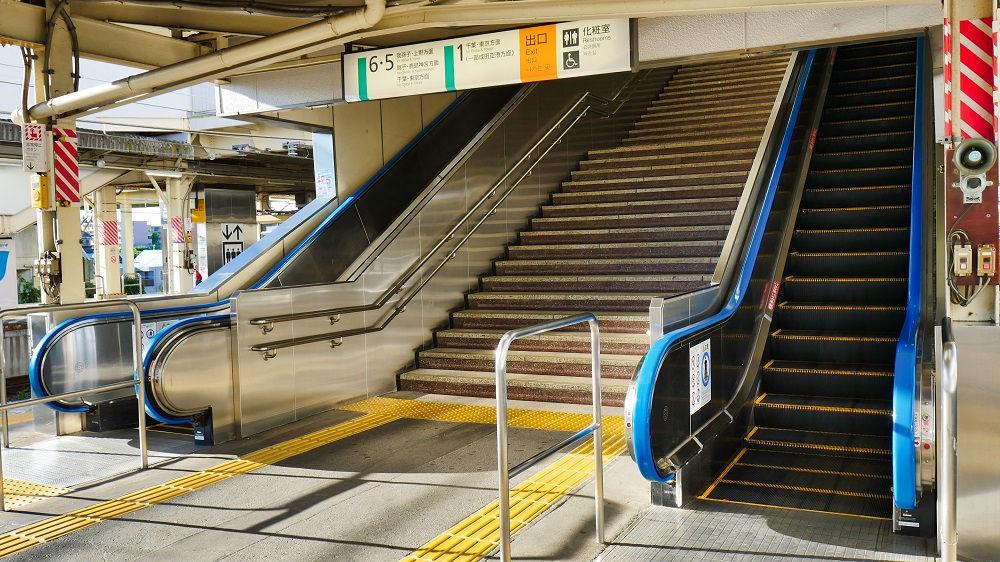JR成田駅2番線・3番線のエスカレーター昇降口