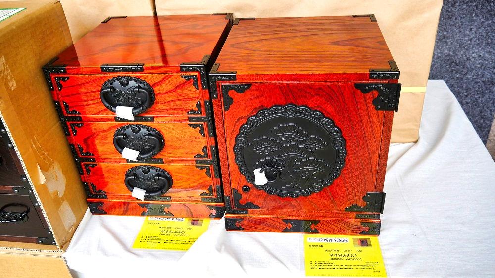 宮城刑務所製「民芸小箪笥」、46,440円(左)、48,600円(右)