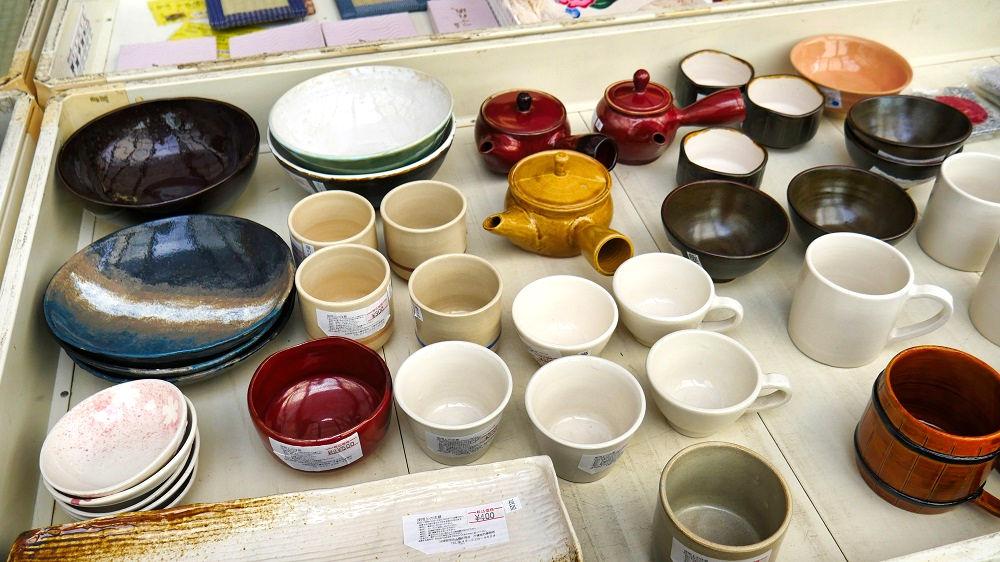 中央部には陶器類も多く展示されています。