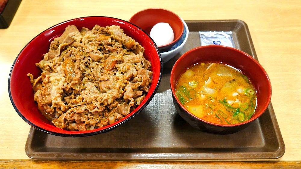 すき家の「メガ牛丼」+とん汁おんたまセット