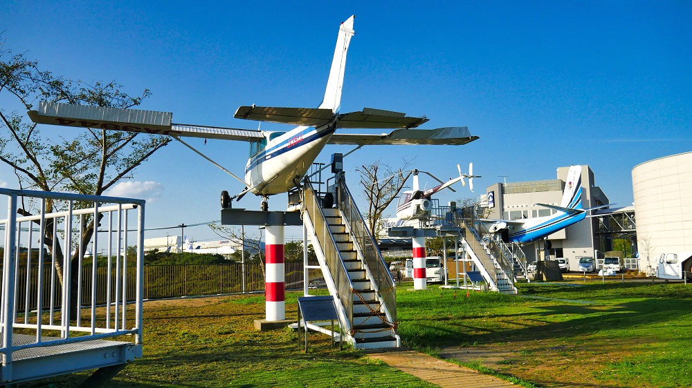 空港寄りにはプロペラが回転する機体が並びます。