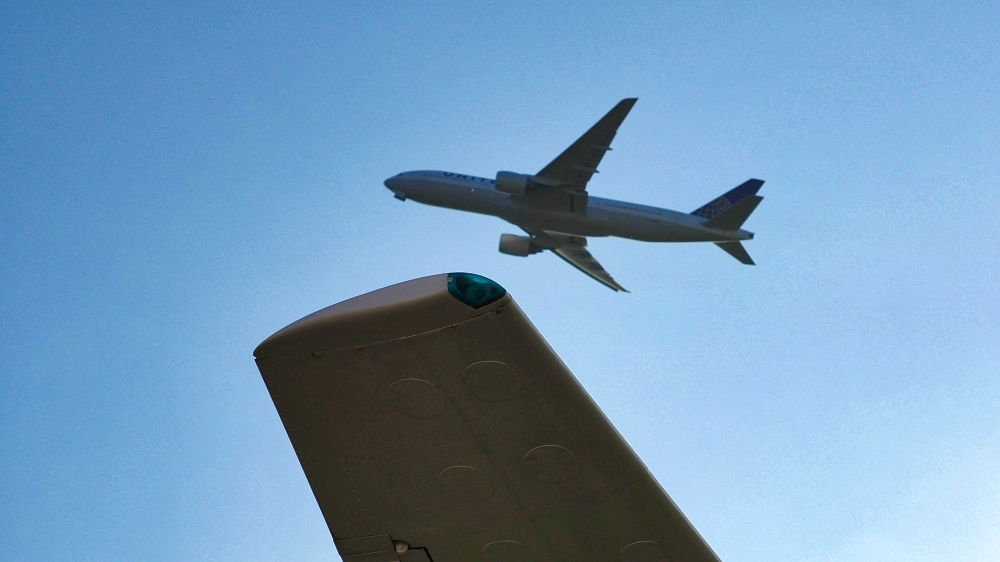 航空科学博物館上空を飛ぶジェット機