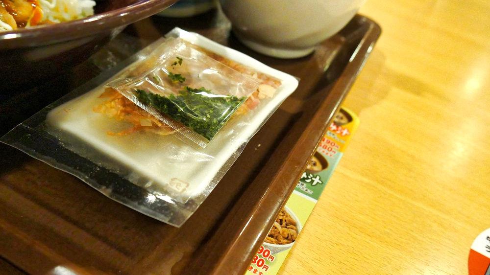 「お好み牛玉丼」には、後のせの「鰹節(削り節)」と「青のり」が付いてきます