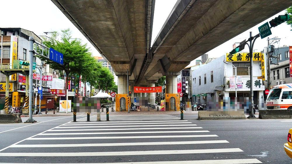 台北MRT淡水信義線(RedLine)「士林站」付近の交差点