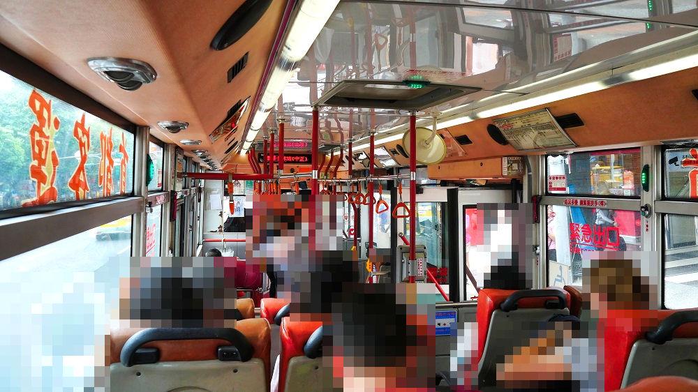 国立故宮博物館行きの路線番号255番のバスの車内