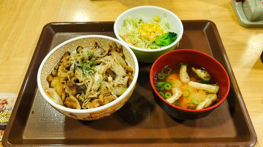 「きのこペペロンチーノ牛丼(並)」サラダセット