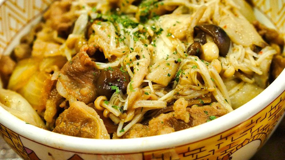 すき家の「きのこペペロンチーノ牛丼」