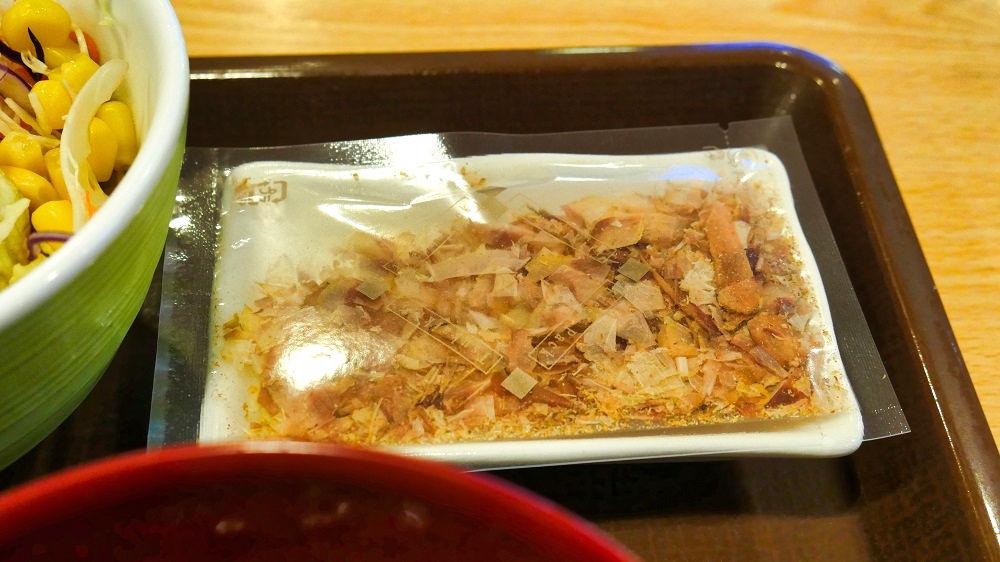 すき家の「かつぶしオクラ牛丼」には鰹節(削り節)が付いて来ます