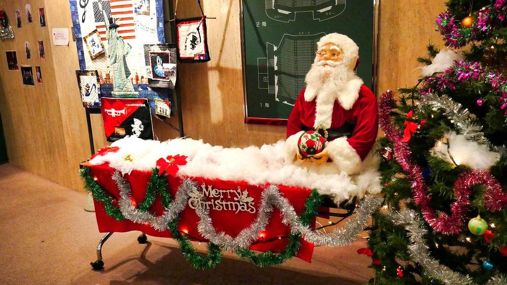 コンサート会場はクリスマスの飾りも華やか!