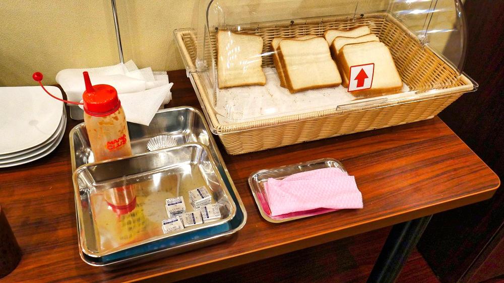 快活CLUBの『無料モーニング食べ放題』の食パン提供