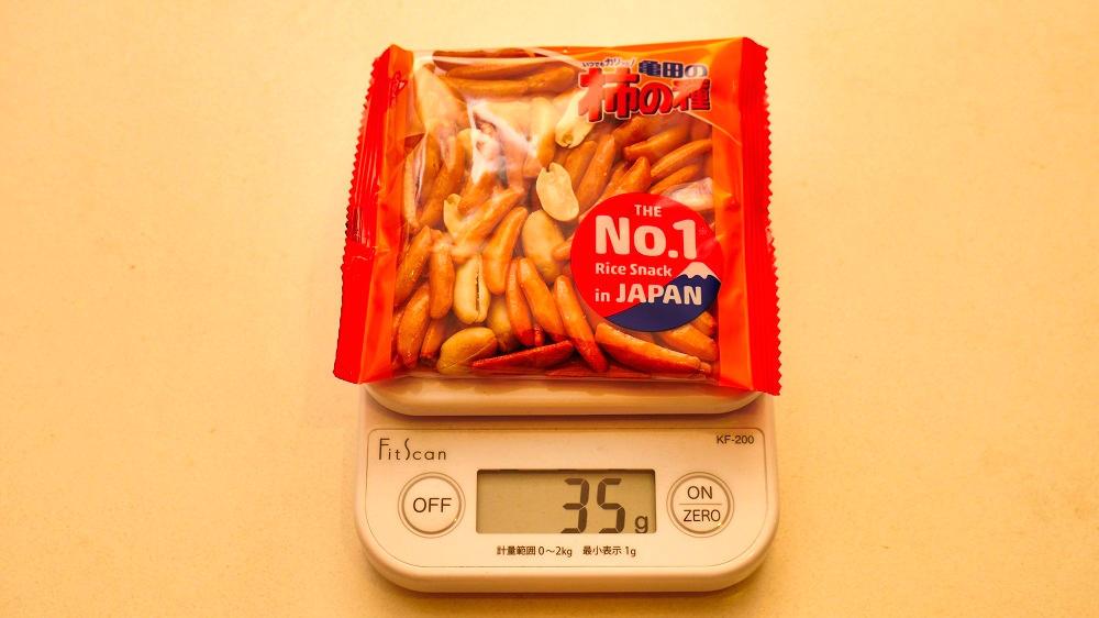 亀田の『柿の種』新パッケージの重量計測