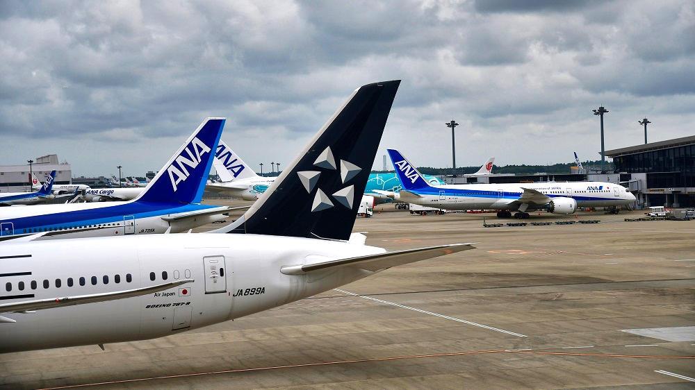 成田空港では多くの旅客機が駐機を余儀なくされています...。