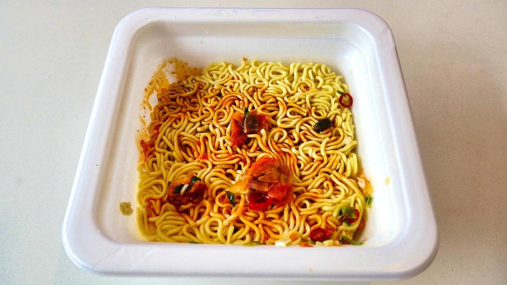 「スーパーカップ 大盛りブタキム油そば 絶辛」完成・実食