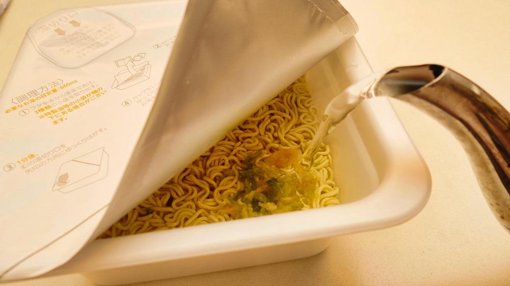 セブンプレミアム「1分湯戻し大盛ソース焼そば」を調理